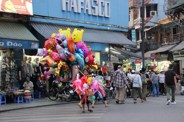Ballonverkäuferin versucht die Strasse zu überqueren