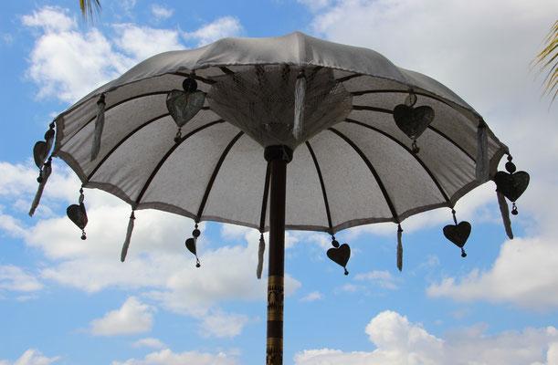 Sonnenschirm auf dem Reisfeld