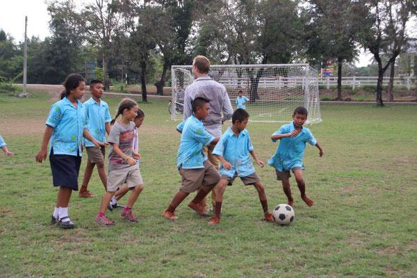 Sport - Fussballspiel mit Schülern aus Thailand