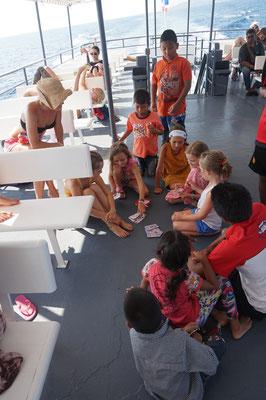 Gemeinsames Spielen auf dem Schiff nach Koh Fangen