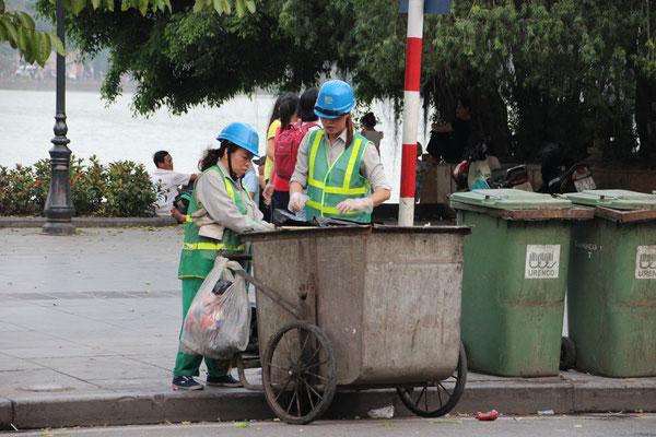 Die Müllabfuhr in Hanoi kündigt sich immer mit einer Glocke an