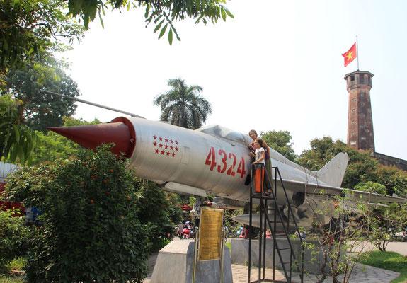Geschichtsunterricht im Kriegsmuseum von Hanoi, Vietnam