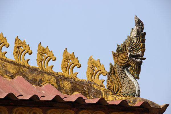 Drachenfiguren auf dem Dach eines Wats