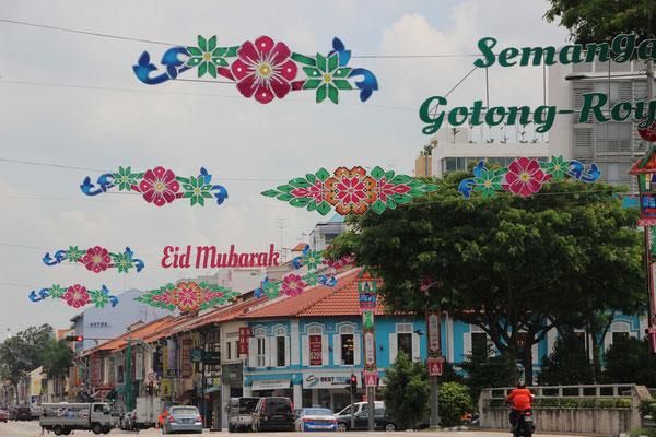 Bunt geschmückte Geylangstrasse zur Zeit des Fastenmonats Ramadan