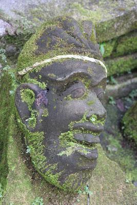 Alter König in einem Garten in Ubud