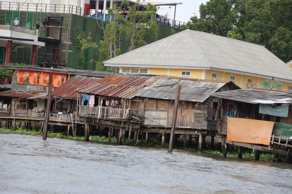 einfache Häuser am Fluss, Bangkok