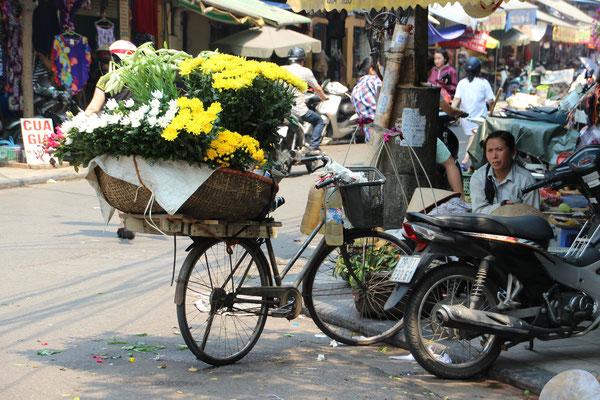 Blumenverkäuferinnen sind überall in der Stadt anzutreffen, Hanoi