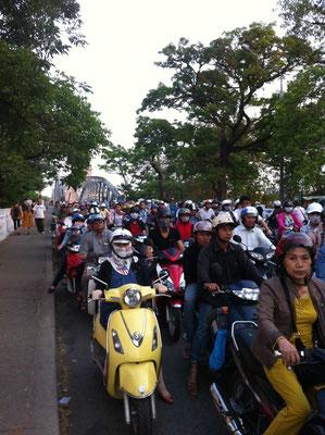 Warten an der Kreuzung in Hué, Vietnam