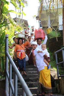 Mit Opfergaben auf dem Weg zu den Tempelanlagen Gunung Kai