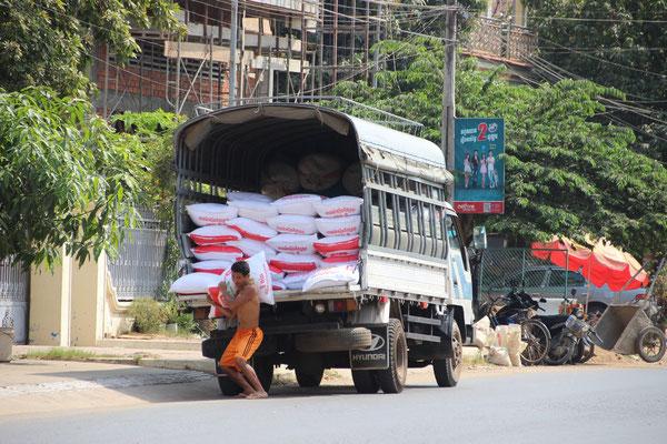 Nun muss alles abgeladen werden! Kampong Cham, Kambodscha