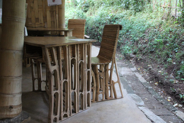 Bambusstuhl im Schulraum