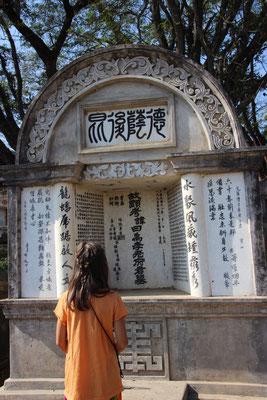 Chinesische un andere Schriftzeichen auf einem Grab, Myanmar