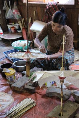 Zuschauen beim Herstellen von Schirmen, Myanmar