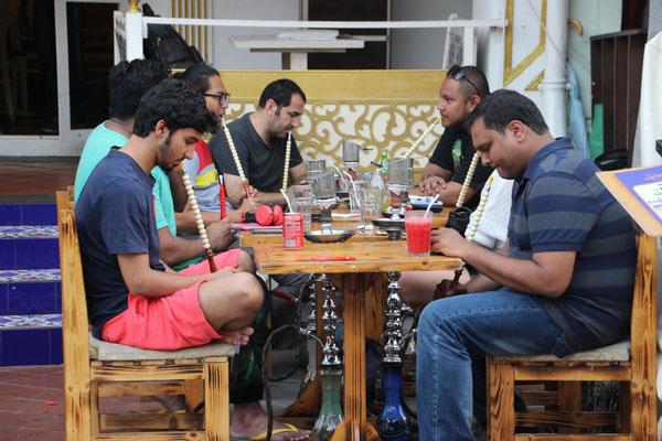 Shisha rauchen in einem Strassencafé der Arab Street