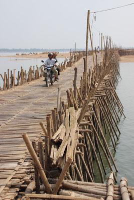 Über diese Bambusbrücke fahren auch Autos und Laster, Kampong Cham, Kambodscha