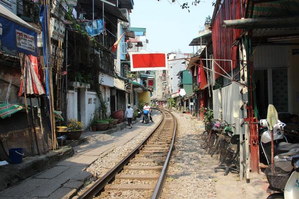 Bahnlinie mitten durch die Stadt, Hanoi