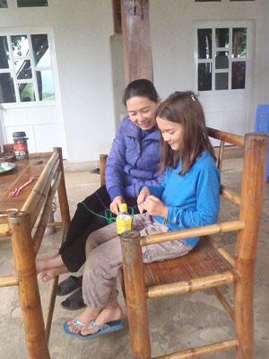 Mara lernt Armbänder knüpfen, Vietnam