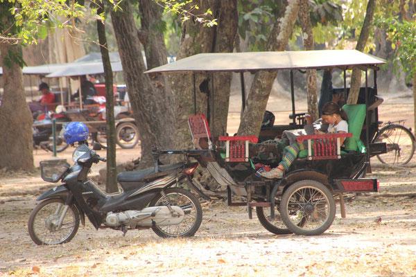 Warten in der Motorradrischka in Siem Reap, Kambodscha