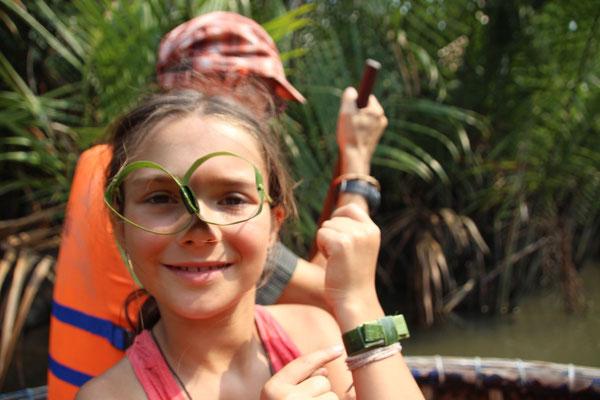 Selbst gemachte Brille und Armband aus Palmblättern, Vietnam