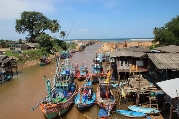 Fischerboote am Hafen von Baantalay, Thung Wua Laen