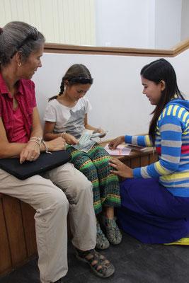Geld zählen - Mara durfte an ihrem Geburtstag auf einer Bank selber Geld abholen