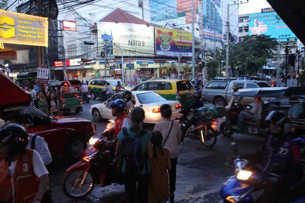Strassenkreuzung in der Nähe unserer Unterkunft,Bangkok