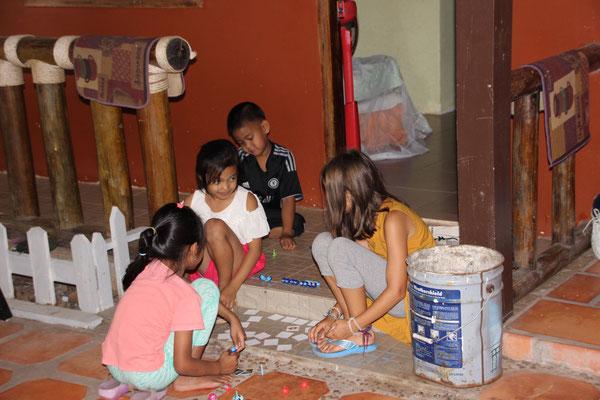 Spielrunde in Kambodscha