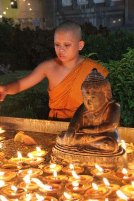 Junger Mönch am Lichterfest in Bangkok