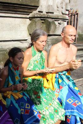 Meditieren in einer Tempelanlage, Bali
