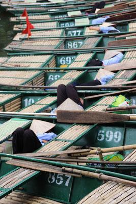 Mittagsschläfchen im Boot, Trang An