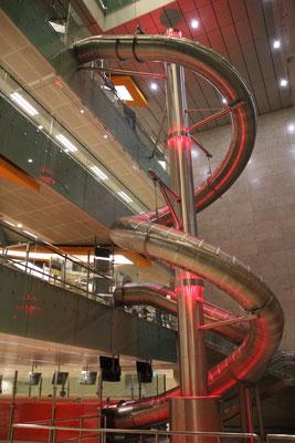 Rutschbahn über drei Etagen im Flughafen Changi, Singapur