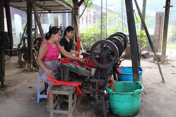 Herstellung/Schneiden von Gummi, Myanmar