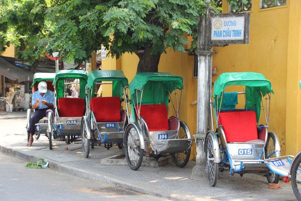 Fahrradtaxis warten auf ihren Einsatz, Hoi An