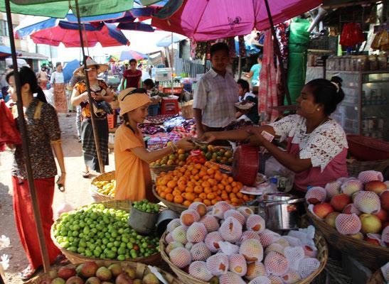 Einkaufen auf dem Markt in Myanmar