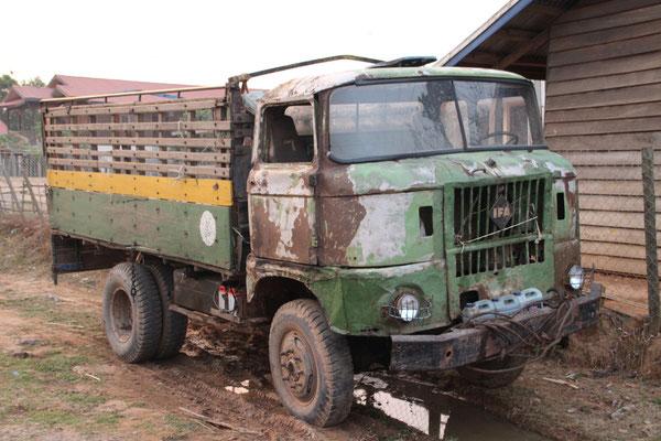 Ban Talouy, Laos, der Fahrer  verbrachte die heisse Mittagszeit in der Hängematte unter dem Anhänger