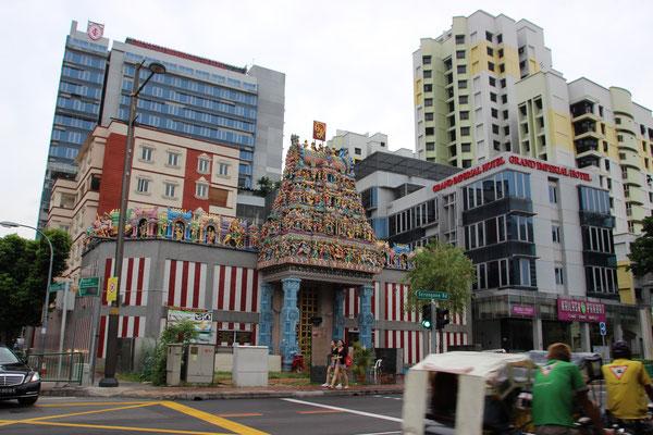 Hinduistischer Tempel inmitten moderner Gebäude
