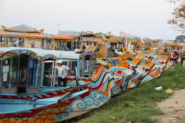 Drachenboote in Hué