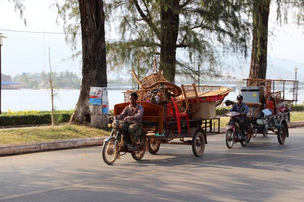 Umzug mit Motorrad und Anhänger in Kampot, Kambodscha