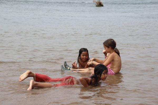 Mit Einheimischen im Mekong baden, Kambodscha