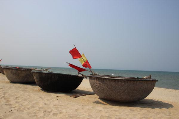 Rundboote / Korbboote am Strand von Hoi An