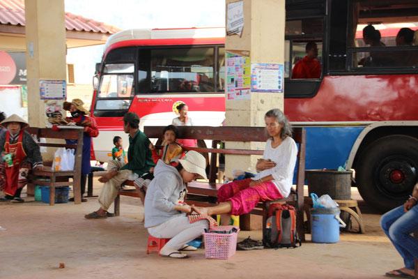 Fusspflege am Busbahnhof Pakxe