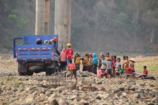 Steine sammeln am Fluss von Talouy
