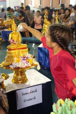 Religion: Ritual in einem buddhistischen Tempel, Bangkok