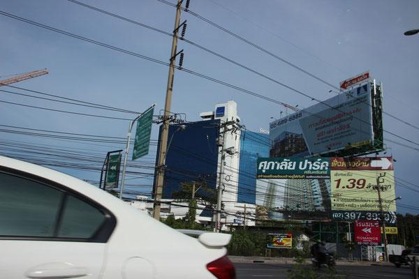 Überall gibt es riesige Werbetafeln und -bildschirme, Bangkok