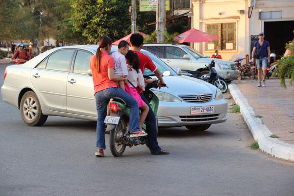 Familienmottorrad in Kampot, Kambodscha