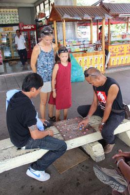 Zuschauen beim Spiel unter Männern, Thailand