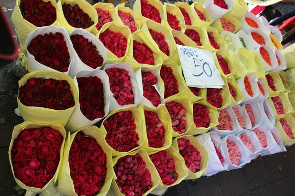 1 Bund Rosen für 50 THB = 1,47 SFR., Blumenmarkt in Bangkok