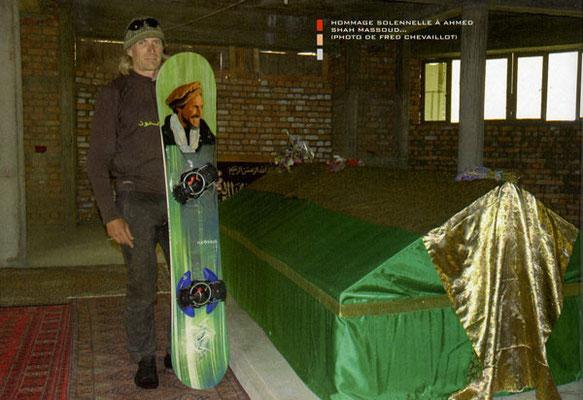 Hervé pose avec sa planche dans le mausolée du Commandant Massoud