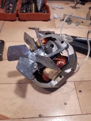 démonte d'un moteur électrique pour en faire des boules de Noël upcycling