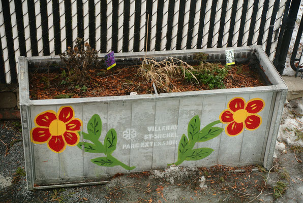 Grands bac à fleurs pour ruelle verte